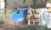 Сумские мусорщики моют контейнеры прямо на улице (видео)