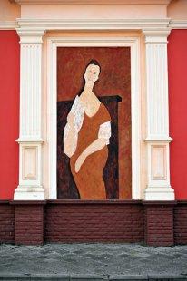 На здании бывшего ночного клуба «Эльдорадо» можно увидеть еще одну работу ялтинской художницы Анастасии Скориковой - даму в стиле Амедео Модильяни.
