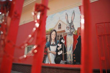 С дамой Модильяни соседствует «Американская готика» Вуда Гранта, написанная харьковчанами Мариной Шевцовой и Александром Гергелем.