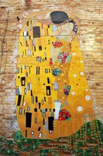 На Воскресенской наблюдаем романтический «Поцелуй» в духе Густава Климта. «Целовали» стену сумчанки Полина Корикова и Алена Кристева .