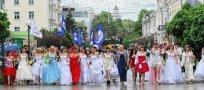 Для большинства участниц парада эта акция— повод второй раз надеть свое подвенечное платье, в котором невеста красовалась всего один день на свадьбе.